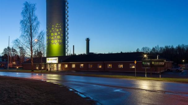 Ackumulatortanken vid Linde energis huvudkontor är numera upplyst.