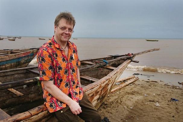 Peter Rinaldo vid Tanganyika sjöns strand.