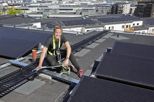 Gösta Jansson, energicontroller och ansvarig för solcellsutbyggnaden, på Stockholmshems näst största solcellsanläggning i Årstadal.