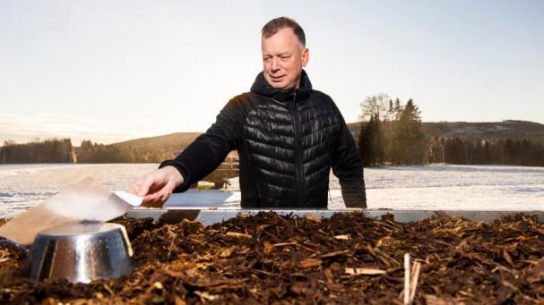 Per Sandström har utvecklat en ny teknik för att torka bark.