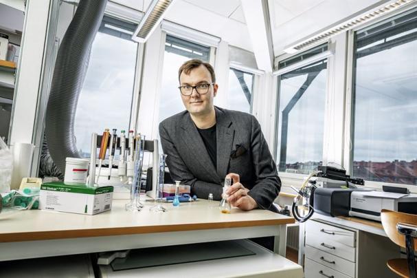 Kasper Moth-Poulsen, är koordinator för projektet samt professor och forskningsledare på Chalmers institution för kemi och kemiteknik.