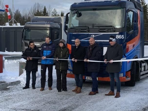 Representater för Scania Group, Volvo Lastvagnar, BioFuel Region, Gasum, Umeå kommun och Sandahl Goods and Parcel klipper bandet och inviger Umeås nya gastankstation.