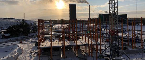 Januari 2021. Bottenplattan är på plats och man reser stommen i stål.