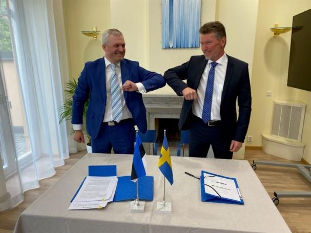 Kalev Kallemets (till vänster), VD för Fermi Energia, och Torbjörn Wahlborg, chef för affärsområde Generation vid Vattenfall, i samband med signering vid estländska ambassaden i Stockholm av avtalet som gör Vattenfall till minoritetsägare inom Fermi Energia.