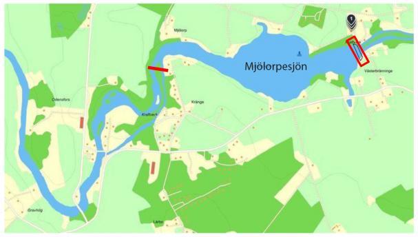 Svartåfors vattenkraftverk är markerad med en röd fyrkant på kartan. Mjölorpesjön är till vänster om vattenkraftverket på bilden. Vattennivån kommer att sänkas fram till den röda markeringen (Odensfors vattenkraftverk).