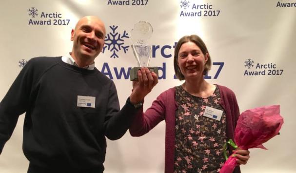 Francesco Gentili, SLU och Ida Norberg, BioFuel Region tar emot priset den 15 november.