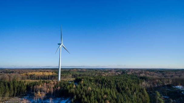 Ett av Öresundskrafts tre vindkraftverk i Össjö skog, Ängelholms kommun.