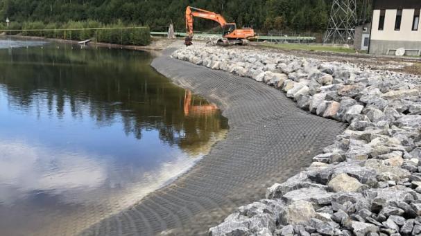 Svevia förbättrar dammsäkerheten vid Sollefteå kraftstation och anlägger nytt erosionsskydd vid in och utloppet.