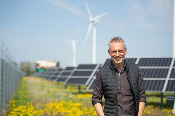 Björn Sjöström VD på Varberg Energi framför solcellsparken Solsidan.