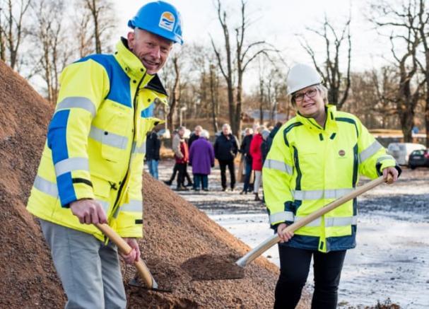 Vattenfalls anläggningschef i Vänersborg, Einar Bjarne, och Trollhättan Energis VD Pia Brühl Hjort, tog det historiska spadtaget för ett år sedan.