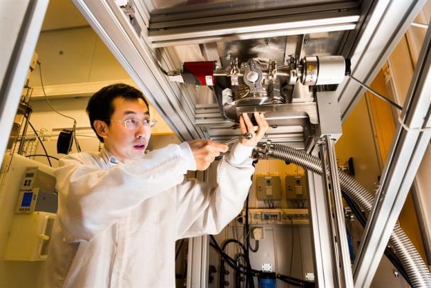 Jianwu Sun vid reaktorn där forskarna framställer kubiskt kiselkarbid.
