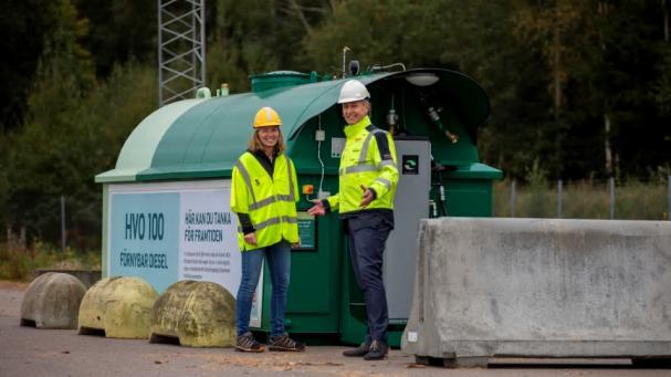 Ragnhild Oskarsson, bränslechef Växjö Energi och Erik Tellgren, vd Växjö Energi, vid tankstationen med förnybar diesel.