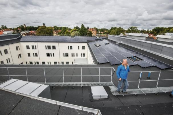 Projektet Soldrift Sjöängen som nu sjösätts i Askersund kombinerar solenergi, batterilagring, energistyrning och elbilsladdning på sina 12 000 kvm.