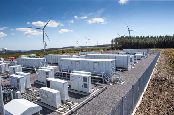 Vattenfalls batterianläggning vid Pen y Cymoedd vindkraftspark i Wales.