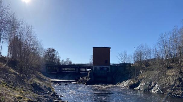 Minimal sidotappning ger mindre fors och full produktion i Dalkarlshyttans vattenkraftstation.