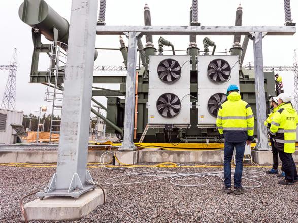 Med teknisk kompetens och ett stort engagemang förnyar, effektiviserar och bygger Eitech olika kraftanläggningar upp till 400 kV. Våra kraftingenjörer och tekniker har specialistkompetens inom exempelvis kraftproduktion, transmission, distribution och kraftförsörjning till basindustrin och järnväg.