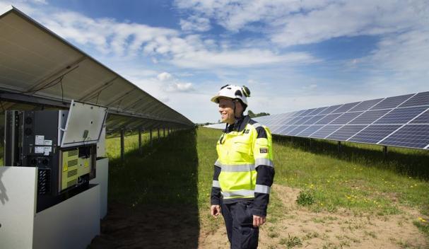 Daniel Schönström från ABB visar ABB:s växelriktare PVS-120 som är en del av solcellsparken.