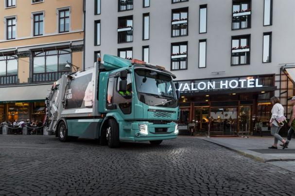 Volvo FL Electric, Volvos första eldrivna lastbil, bidrar både till en bättre arbetsmiljö och till en tystare, renare stadsmiljö.
