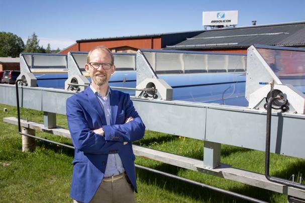 Absolicons vd Joakim Byström framför solfångaren T160.