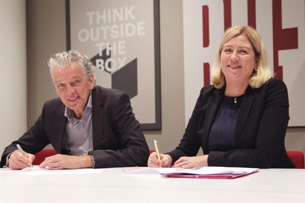 Auke Lont och Ulla Sandborgh underteckar Fifty-avtalet.
