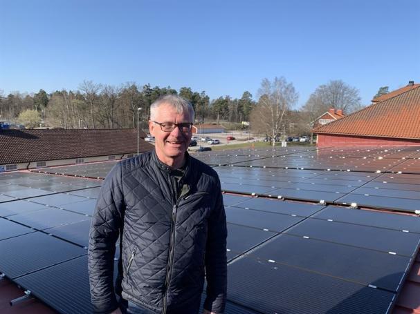 Lars Bernhäll, teknisk förvaltare Castellum, vid solcellerna.