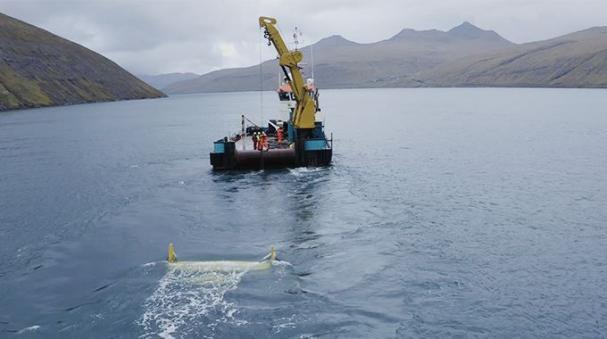 Bild från driftsättningsarbetet av Minestos tidvattenkraftverk DG100 i Vestmannasund på Färöarna.