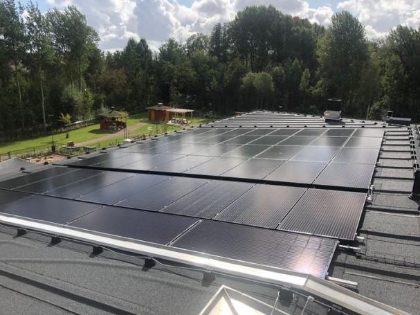 Solceller på taket på förskolan Saga i Växjö.