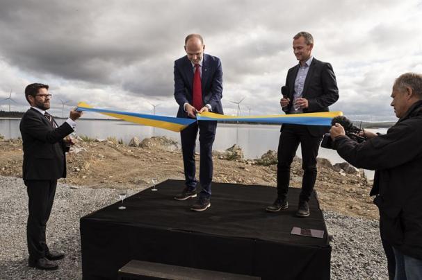 Emil Högberg, regeringskansliet, och Mikael Lindmark, Blaikenvind, inviger Blaiken vindkraftpark tillsammans med Skellefteå Krafts vd Hans Kreisel.