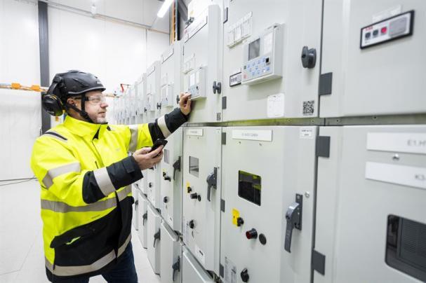 ABB kommer att tillhandahålla infrastruktur för kraftförsörjning från det lokala nätet direkt till produktionsanläggningarna. Kraftsystemnätet kommer att tas i drift stegvis, med början år 2021, då batteriproduktionen planeras starta.