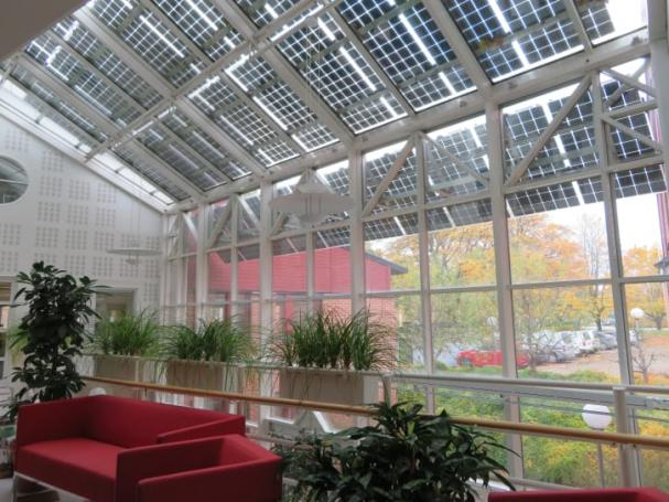 Solcellsanläggningen på WSPs kontor i Örebro ger både egen solel och solavskärmning.