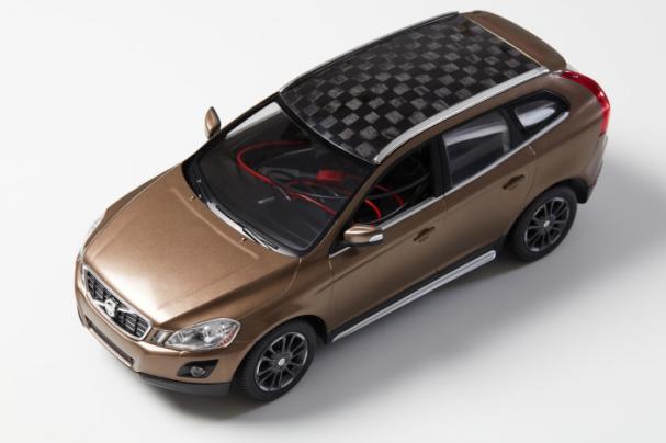 Forskarteam vid Innventia, Swerea och KTH visar upp den första modellbilen med ett tak tillverkat av en komposit där kolfibern är baserad på 100 procent barrvedslignin. Bilen drivs med batteri där ligninbaserad kolfiber används som elektrodmaterial.