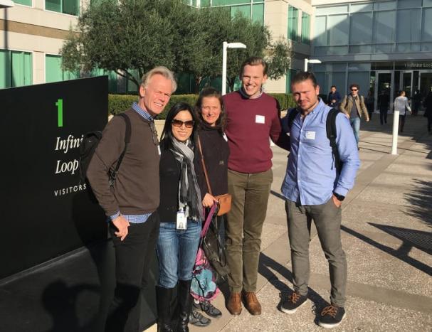 Besök på Apples huvudkontor. Från vänster: Lars Dahlbom från Växtzon/UIC, Amy Huang från Apple, Katarina Chowra från Nordic Innovation House samt Hugo Larsson och Mathias Petzäll från Save by Solar.