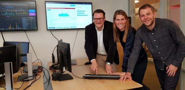 E.ON trycker symboliskt på knappen för att öppna marknadsplatsen SWITCH. Från vänster: Peter Sigenstam - chef för strategi- och affärsutveckling, Linda Persson - affärsutvecklare och Christoffer Isendahl - projektledare för Switch.