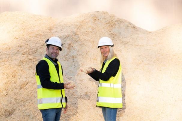 Nicklas Eld, regionchef Solör Bioenergi Väst och Ann-Sofie Ståhl, kundansvarig Solör Bioenergi Väst, vid bränslelagret på fjärrvärmeanläggningen i Odensbacken.