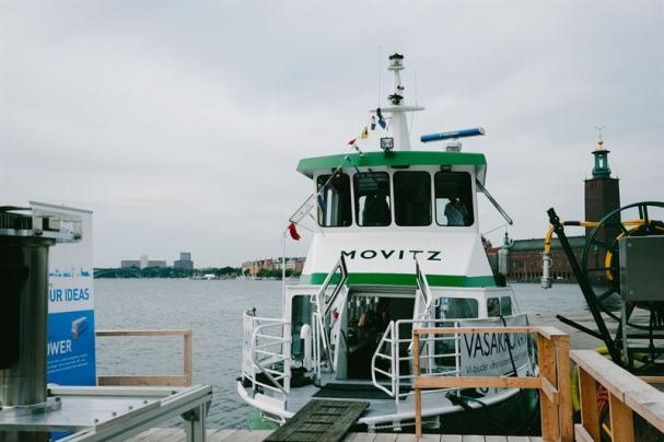 Elbåten E/S Movitz ger lägre koldioxidutsläpp och tystare drift än konventionella dieseldrivna båtar. Båten sponsras av fastighetsbolagen Vasakronan och Humlegården som vill erbjuda sina hyresgäster i Alviks Strand och Solna alternativa hållbara pendlarmöjligheter.