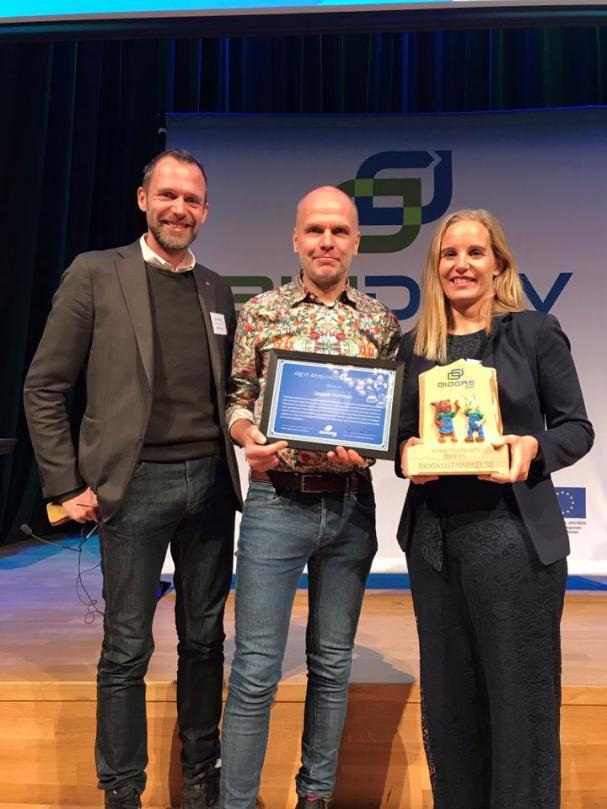 Från vänster: Jens Holm (V), ordförande Trafikutskottet, Rickard Malmström (MP) kommunalråd, och Susanne Afzelius, Upphandlingschef Uppsala kommun.