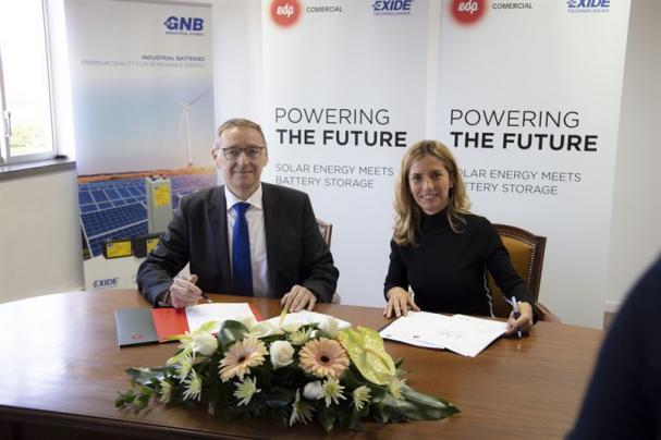 Avtalet undertecknas officiellt av Stefan Stübing från Exide och Vera Pinto Pereira från EDP.