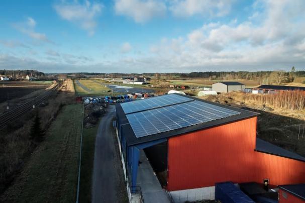 Solceller förser nu Solör Bioenergis fjärrvärmeanläggning i Gnesta med el.