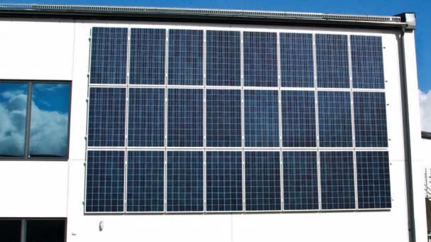 Lokalförvaltning har antagit ett solenergiprogram som innebär att sätta solceller på alla nybyggnationstak.