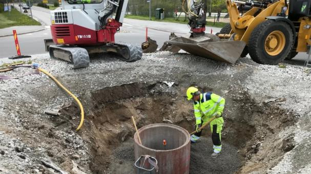 Förarbete inför installationen av konstverket och industriminnet TURBIN pågår i södra rondellen.