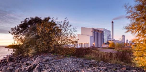 Kommunägda Lidköping Energi producerar varje år cirka410 GWh fjärrvärme och el, vilket täcker större delen av Lidköpings förbrukning. 99,6 procent av fjärrvärmen producerasav återvunna eller förnybara bränslen.