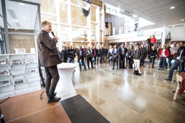 Kommunstyrelsens ordförande Per Eriksson (S) inviger Soldrift Sjöängen som samlade besökare från hela landet.
