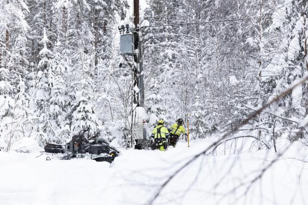 Med hjälp av skoter, helikopter eller, i extra svårtillgänglig terräng, snöskor jobbar Jämtkrafts personal med att åtgärda fel och röja i kraftledningsgatorna efter det kraftiga snöfallet vecka 2. På vissa håll var det över 1 meter kallsnö.
