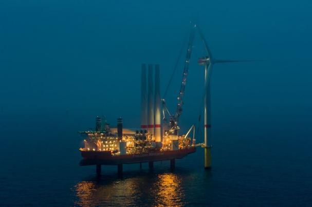 Nu syns EnBWs senaste offshore-vindkraftspark över havsytan, då de första vindkraftverken har installerats.