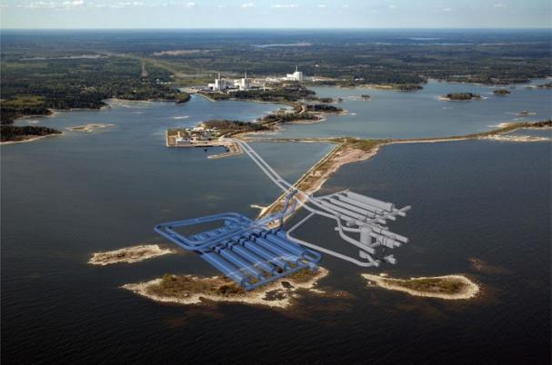 Bilden är ett fotomontage över slutförvaret för kortlivat radioaktivt avfall i Forsmark. Den grå delen till höger är befintlig anläggning i berget under havet, den blå visar den planerade utbyggnaden.