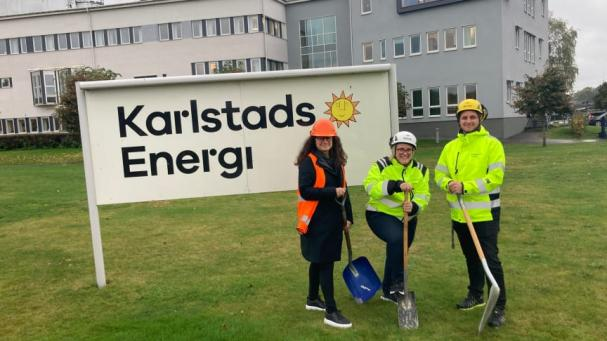 Kommunfullmäktige har gett grönt ljus till Karlstads Energis satsning på ett fjärrkylanät. Det firar Mia Johansson, försäljningschef, Linda Östberg, produktionschef, och Ronnie Sparrenholt, distributionschef, med ett symboliskt första spadtag.