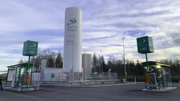 Företaget Toyota Material Handling i Mjölby har minskat sitt klimatavtryck genom flytande biogas i en ny fossilfri produktionsprocess samt i biogasdrivna interna och regionala transporter.