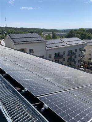 Energi från solcellerna på fastigheternas tak kommer lagras i ett batterilager under två av fastighetens byggnader.