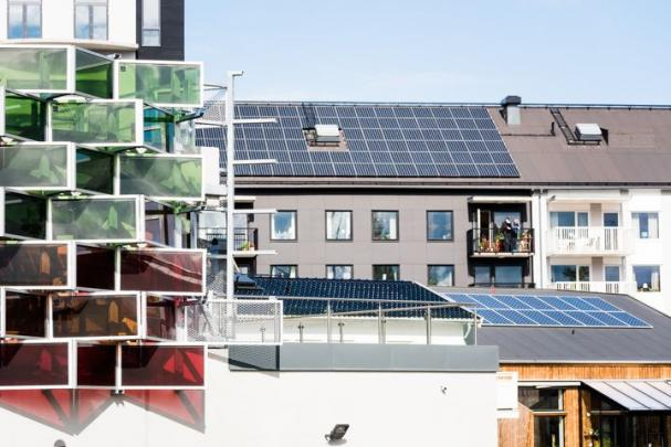 Flera av husen i stadsdelen Vallastaden har solpaneler på tak och fasader. I Linköping är dessutom bygglov för solpaneler på villatak avgiftsfritt.
