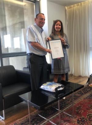 Ron Huldai, borgmästare i Tel Aviv-Jaffa, och Inna Braverman, VD för Eco Wave Power.
